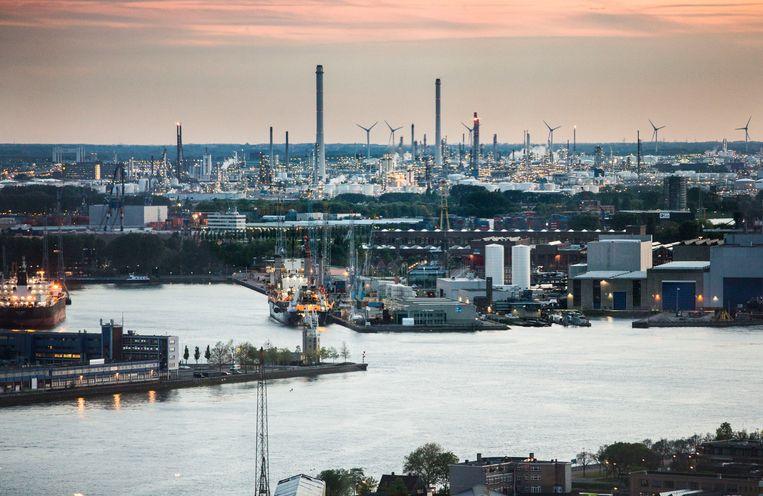 Bedrijventerrein Pernis gezien vanuit de Euromast te Rotterdam. Beeld Arie Kievit / de Volkskrant