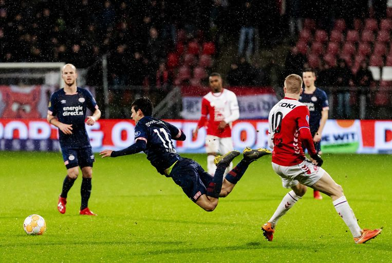 Simon Gustafson van FC Utrecht (rechts) in duel met Hirving Lozano van PSV. Beeld ANP