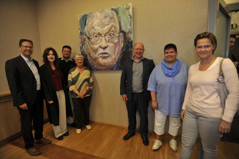 Archieffoto uit 2015 bij een portret van wijlen Jean-Luc Dehaene: zoon Tom Dehaene (uiterst links), zoon Koen (derde van links) en Celie (vierde van links). Verder staan op de foto: kunstenares Ulrike Bolenz (tweede van links), burgemeester van Vilvoorde Hans Bonte (derde van rechts) en dochters Mieke en Hilde (uiterst rechts en tweede van rechts).