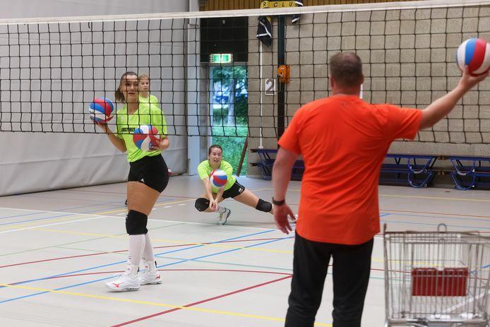 Het eerste damesteam van Symmachia traint voor het komende seizoen.