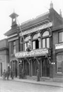 Van der Wees, ca. 1933 aan de Bomkade. Het wonderlijke dak is nu verdwenen.