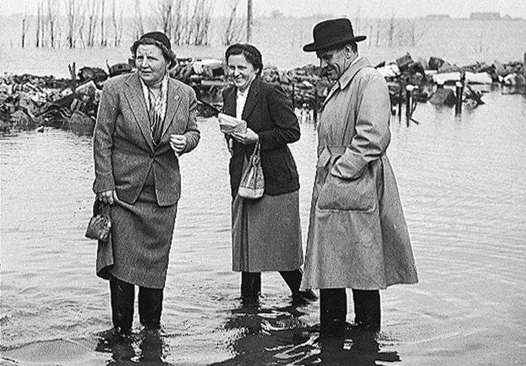 Koningin Juliana (links) bezoekt Zeeland tijdens de watersnoodramp van 1953. Beeld BENELUX PRESS