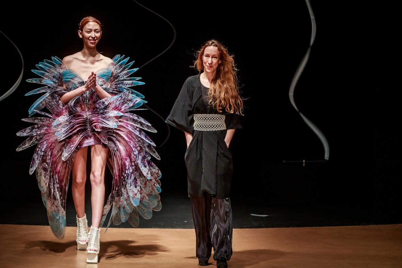 De show van Iris van Herpen (rechts) tijdens de Fashion Week in Parijs, afgelopen januari.   Beeld EPA