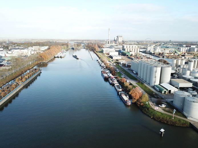 De Westkanaaldijk met rechts en links het Nijmeegse industriegebied. Recht vooruit de sluis bij Weurt.