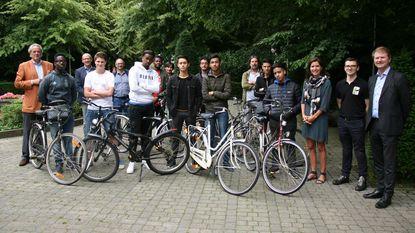 Leerlingen herstellen fietsen voor Doedèskadèn