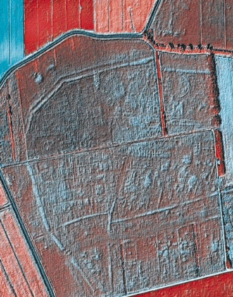 De ¿plattegrond¿ van Altinum: de blauwgrijze vlekken zijn restanten van bebouwing. In de massieve klodder bovenin herkennen archeologen de contouren van theaters, tempel en handelscentrum. De lichtblauwe ronding om de bebouwing heen vormt de stadswal: de opening daarin, linksonder, is een brug, vanwaar een smoezelige streep het kanaal door de stad aangeeft. (Trouw) Beeld