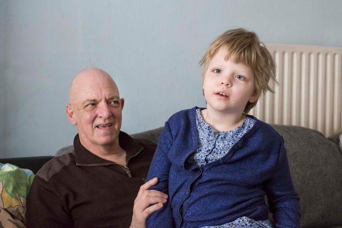Sofie Voncken met haar papa Jean-Pierre. Zij neemt elke dag - met succes - een druppel cannabisolie om de epileptische aanvallen te doen stoppen.