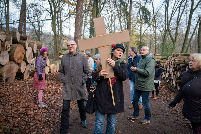 Christine Ram van de Arnhemse Bomenbond draagt een kartonnen kruis mee, dat zij later zal beschrijven en achterlaten op de stomp van een beuk.