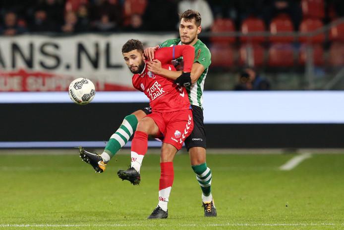 Zakaria Labyad in duel met PEC Zwolle-speler Nicolas Freire.
