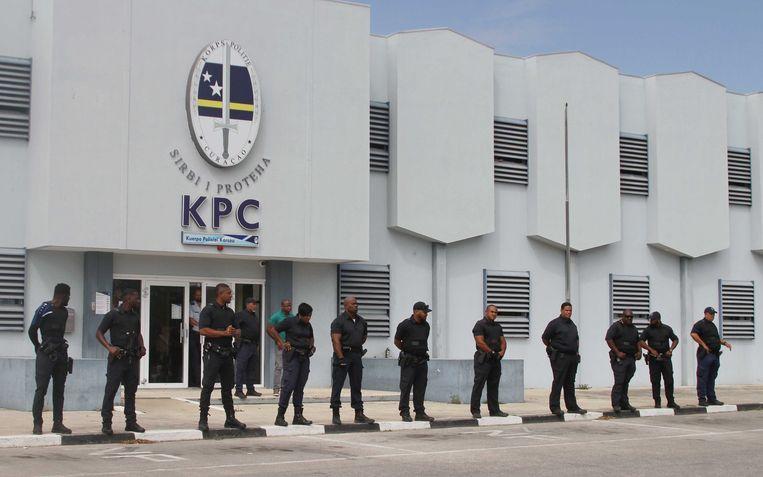 Een beeld van afgelopen week: agenten houden toezicht op betogers die zich hebben verzameld nabij het bureau van het Korps Politie Curaçao in Willemstad.  Beeld ANP