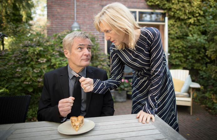 Gedda (Johanna ter Steege) reikt echtgenoot Jan (Herman Finkers) een gebaksvorkje aan.
