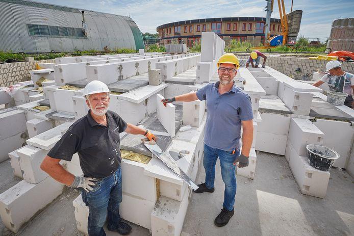 Kees van Nimwegen en zijn zoon Joris bouwen een grote accu die met behulp van staalslakken de huizen in het ecodorp in Boekel moet verwarmen.