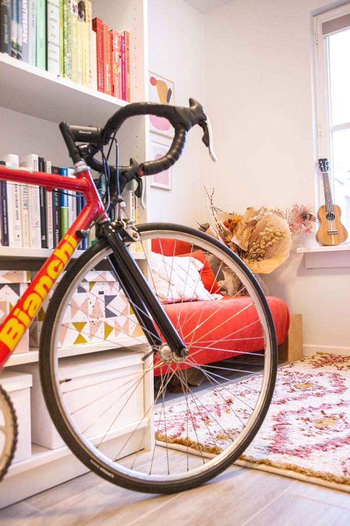 Om samen te kunnen sporten, kocht het koppel koersfietsen. Die verdienen met hun mooie kleuren een plaatsje in het interieur.
