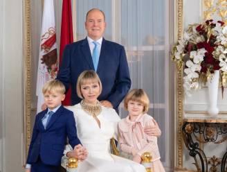 Albert en Charlène van Monaco pakken uit met nieuw familieportret (dat burgers kunnen kopen)