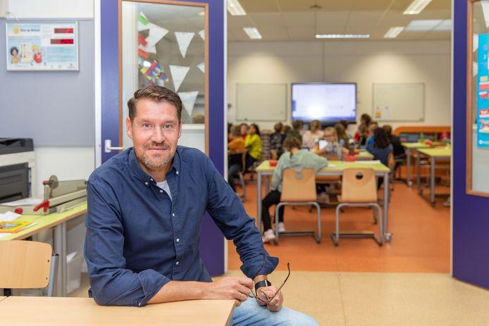 Pieter Goudappel, voor één van de 'open' klaslokalen.