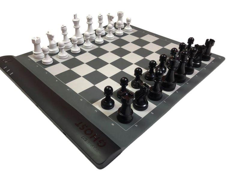 Het oprolbare schaakbord van Square Off. Beeld Square Off