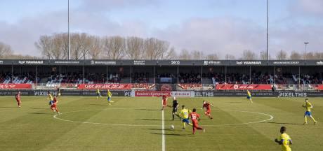 Honderden Cambuurfans vieren overwinning op Almere City bij aankomst in Leeuwarden