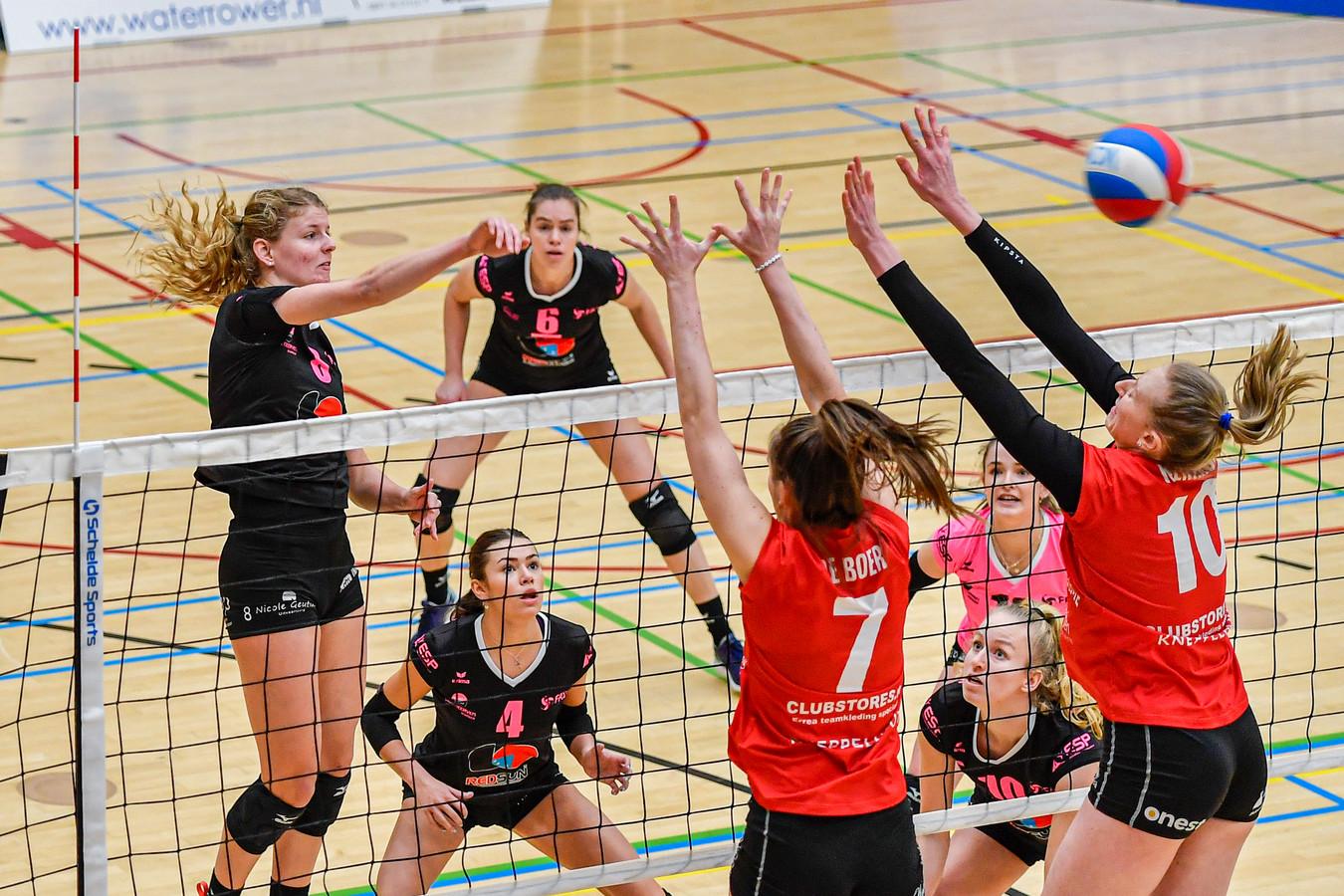 Lara Hendricks (links) stapt na twee seizoenen bij FAST over naar Regio Zwolle Volleybal.
