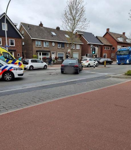 Auto's botsen, Sloetsweg in Hengelo tijdelijk afgesloten