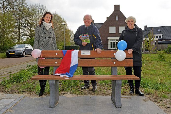 Wethouder Riny van Rinsum (midden) nam de Landerdse 'buurtbenskes' in gebruik