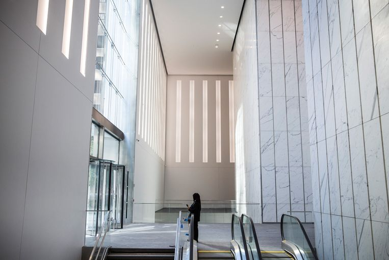 NEW YORK, NY - NOVEMBER 03: A security guard stands inside One World Trade Center, which opens today, on November 3, 2014 in New York City. The skyscraper is 104 stories tall and cost $3.9 billion; it opens more than 13 years after the terrorist attacks of September 11, 2001, destroyed the original World Trade Center buildings. Officials say the building is currently at 60% occupancy, with Conde Nast as one of the first major tenants to move in.   Andrew Burton/Getty Images/AFP == FOR NEWSPAPERS, INTERNET, TELCOS & TELEVISION USE ONLY == Beeld AFP