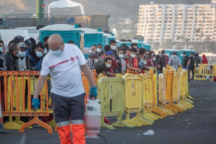 Zo'n 500 migranten, van een groep van in totaal 1.334 geredde mensen uit verschillende boten, wachtend in de haven van Arguineguin op Gran Canaria. Beeld van vandaag.