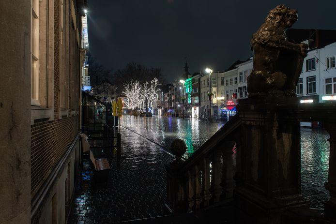 Breda - Verlaten straten en pleinen tijdens de avondklok op zaterdag 23 januari.