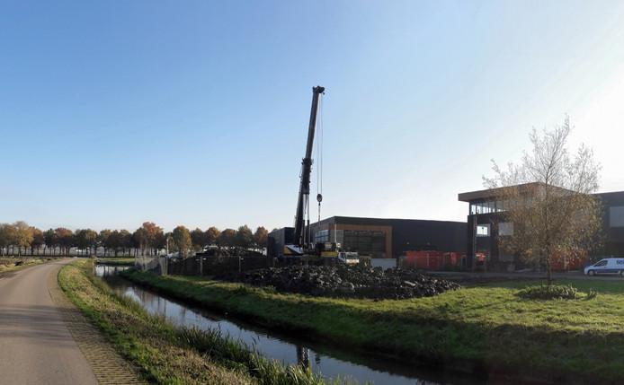 De enorme kraan aan de Buitenkamp in Hedel waarmee het gemaal is geplaatst.