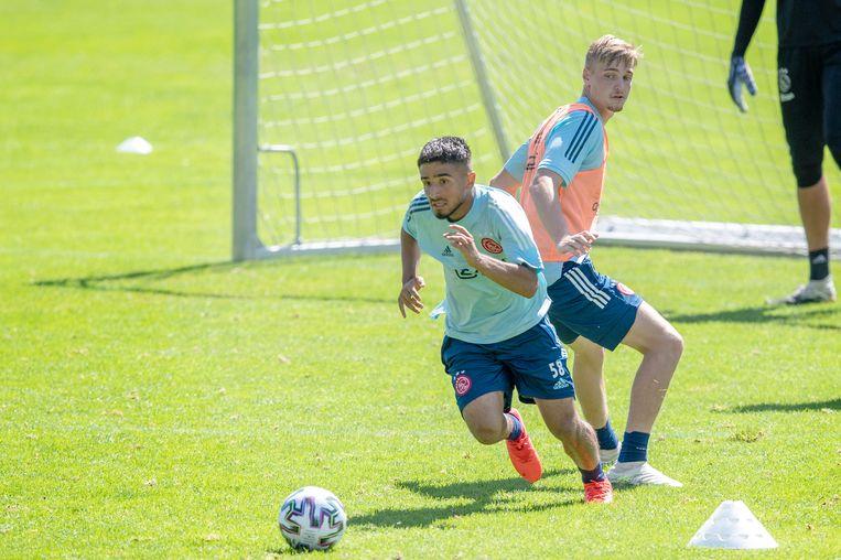Naci Ünüvar (17) en Kenneth Taylor (18) hebben Ajax niet verlaten en zijn nu met de selectie op trainingskamp in Oostenrijk. Beeld Ajax/Jasper Ruhe