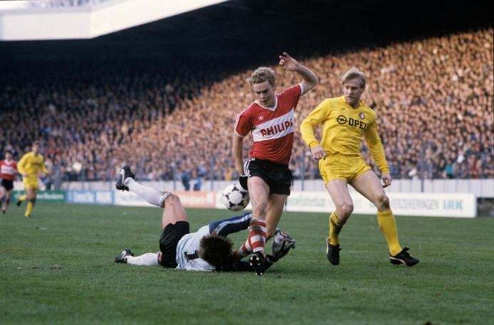 Frans van Rooij in actie tegen Feyenoord.