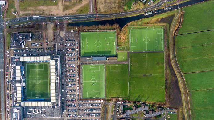 Bovenaanzicht amateurclub Be Quick en stadion PEC Zwolle, waar de aanleg van het natuurgrasveld door coronavirus hoogst onzeker is geworden.