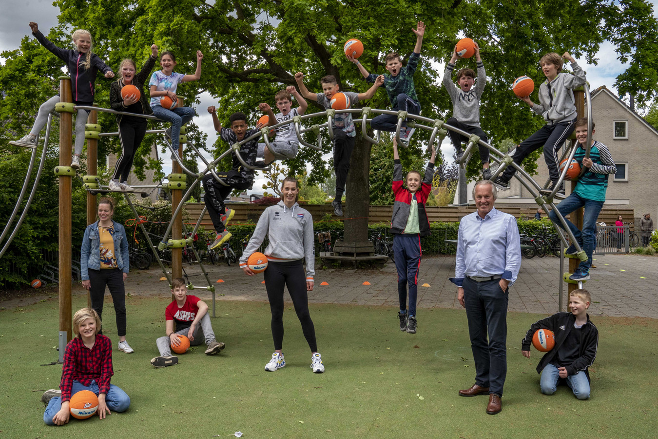 Joop Alberda en volleybalster Robin de Kruijf  tijdens de lancering van het SchoolVolley+ project vorig jaar.