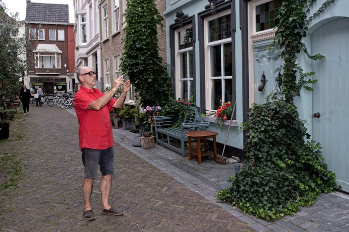 Luc Sponselee laat de werking van de app zien in de Engelsestraat.