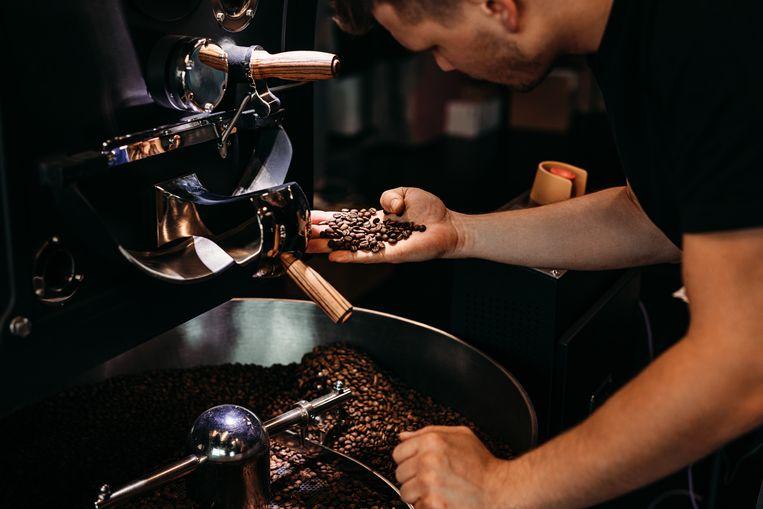 Voor het beste resultaat moeten de bonen grover gemalen worden dan gebruikelijk voor het zetten van espresso's. Beeld Getty Images