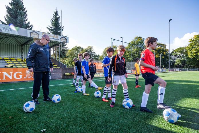 Een training van voetbalclub SML in Arnhem. Danny Meuken begeleidt de trainers van deze vereniging.