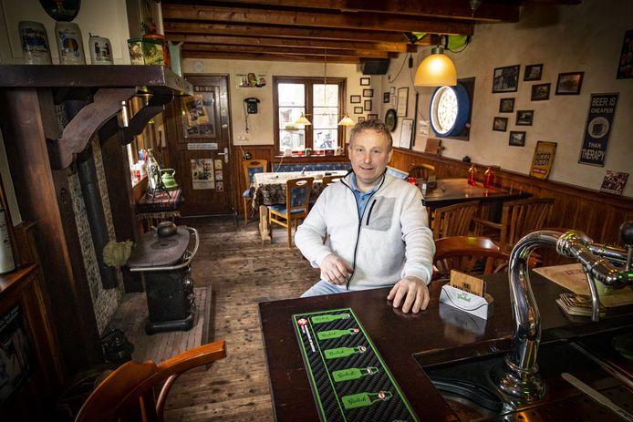 Iwan Blaauwgeers uit Denekamp in zijn thuiscafé.