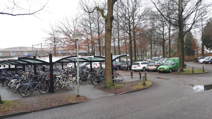 De P & R plekken achter het station staan ook dagelijks vol.