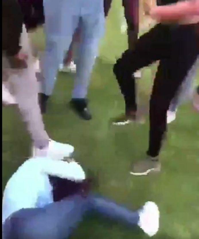 Als het meisje op de grond ligt, wordt ze meerdere keren op haar hoofd getrapt.