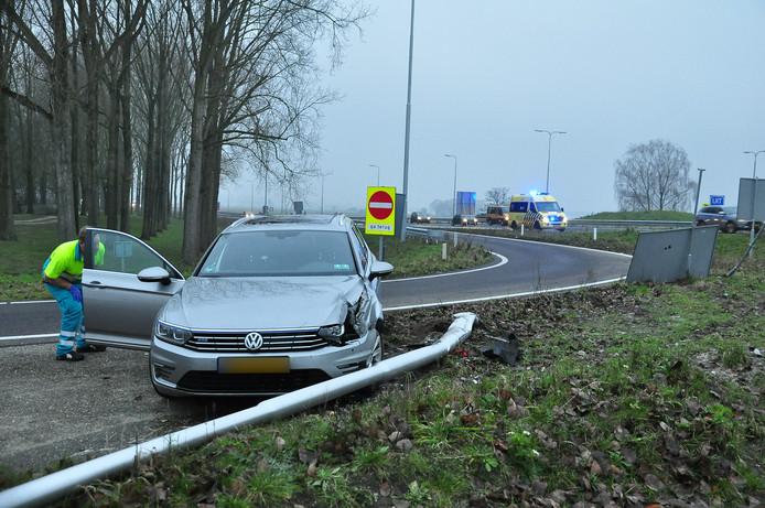 De auto raakte aan de zijkant zwaar beschadigd. De lantaarnpaal heeft het helemaal niet overleefd.