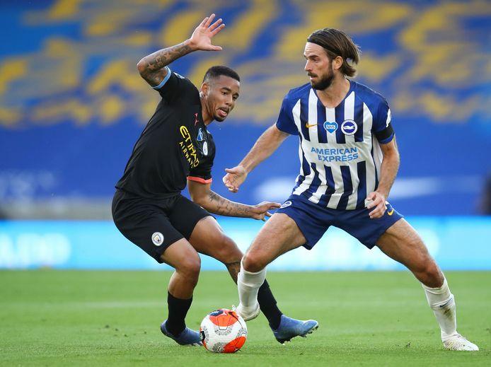 Davy Pröpper (rechts) in het shirt van Brighton.