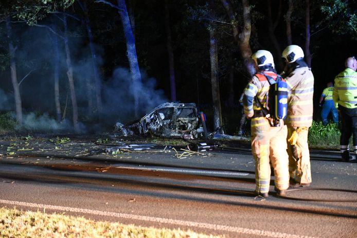 De auto klapte tegen een boom en vloog meteen in brand