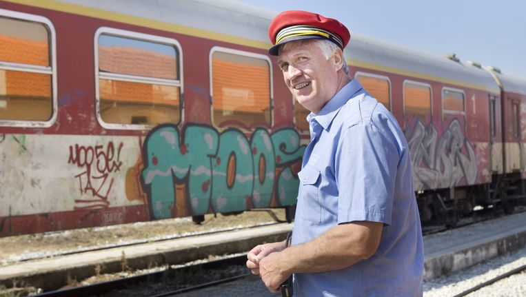 Athanasios Demiris terwijl hij de aankomst van een trein begeleidt aan het station van Drama, Griekenland. Beeld Io Cooman