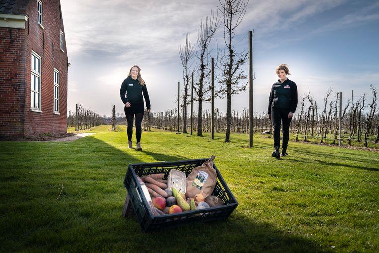 Sandra Ronde (l) van De Streekboer en Els Tolner van het fruitbedrijf Oudenbosch Beeld Reyer Boxem