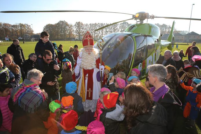 Sinterklaas kwam met een helikopter naar Klarenbeek.