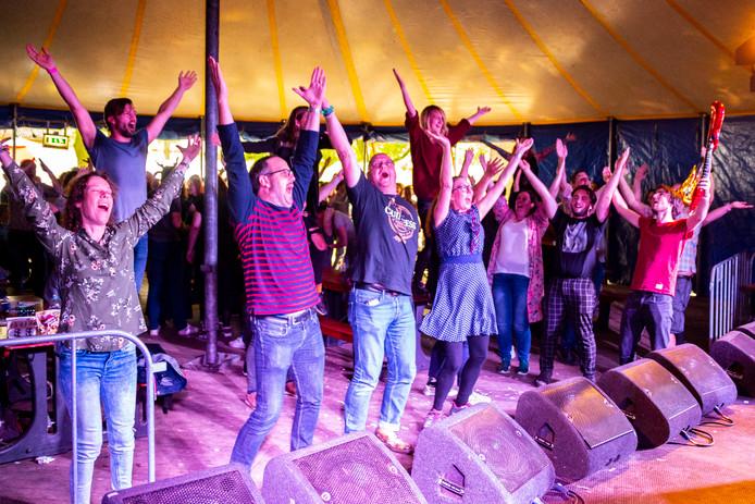 Enthousiast publiek bij Quiz'm tijdens de laatste Breda Barst. Bij de Bredase popquiz gaat het om de gezelligheid. Dat slaat aan.