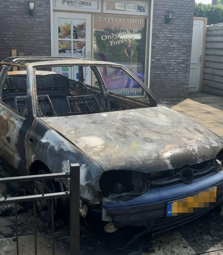 Steekvlammen slaan uit brandende Golf Cabrio bij huis in Tricht
