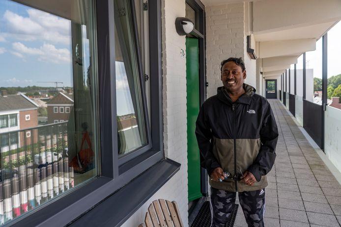 """Meneer Santhamoorthy kan nu met trots zeggen dat hij in flat Gageldonk woont. ,,Het is schitterend geworden en een stuk comfortabeler dankzij isolatie en dubbelglas."""""""