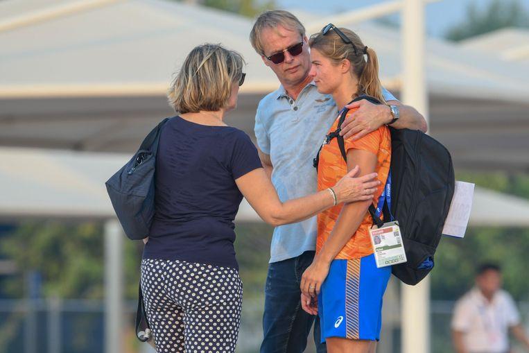 Dafne Schippers trekt zich terug voor de 200 meter wegens een blessure tijdens de wereldkampioenschappen atletiek in Qatar.  Beeld ANP/Erik van Leeuwen