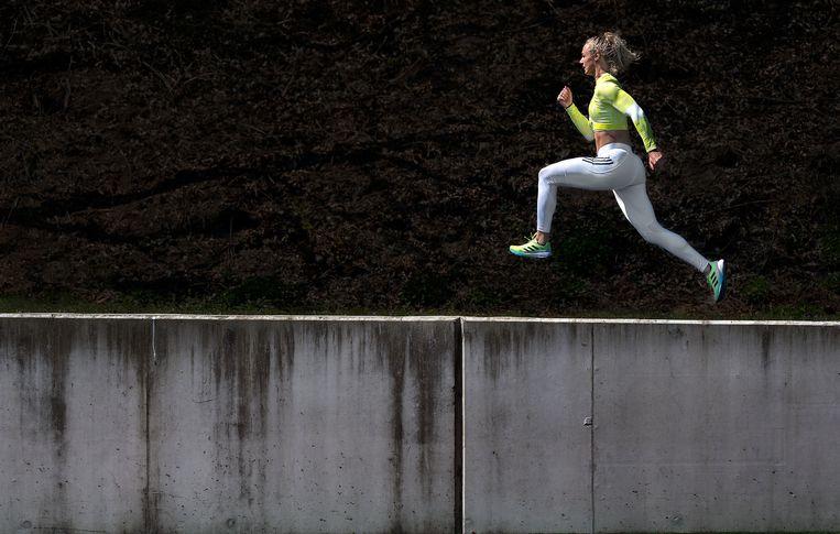 Lieke Klaver, de 200 en 400-meterloopster en lid van het estafetteteam 4x400 meter, tijdens een training op Papendal. Klaver is Nederlands indoorrecordhoudster op de 200 meter en lid van het viertal dat Europees kampioen indoor op de 4x400 meter werd dit jaar. Nog 81 dagen tot Tokio. Beeld Klaas Jan van der Weij