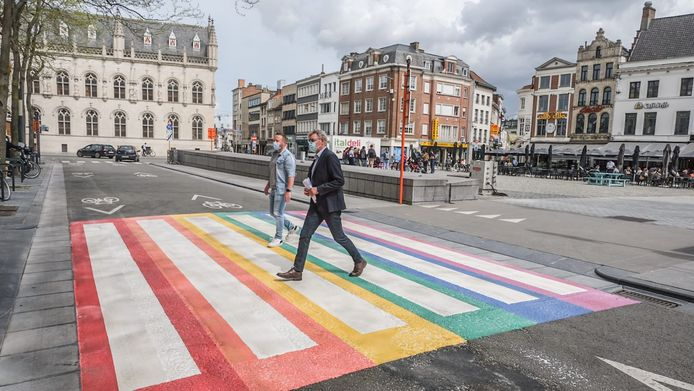 Het eerste regenboogzebrapad in Kortrijk werd vorige week dinsdag onder meer door Vooruit-schepenen Axel Weydts en Philippe De Coene ingelopen, op de Grote Markt
